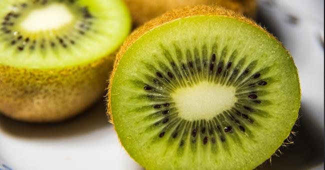 Il kiwi è anti stipsi, sostiene il sistema immunitario e protegge il cuore