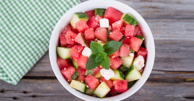 Insalata di anguria, cetriolo e feta: l'antiossidante della tua estate