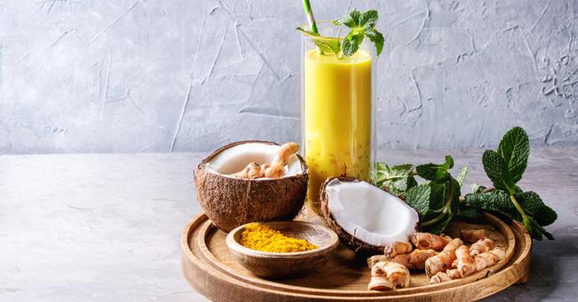 Latte di cocco alla curcuma e menta: la bevanda che allunga la vita