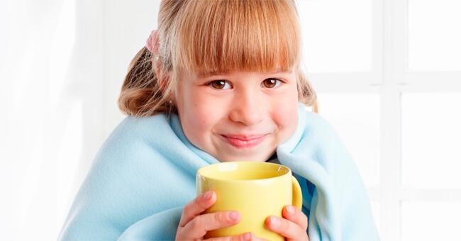 Il mal di pancia dei bambini si cura con infusi e fiori
