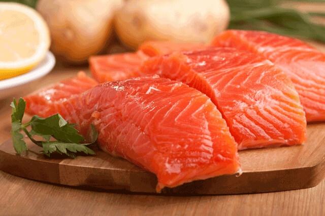 Il salmone crudo, buono e antiadipe