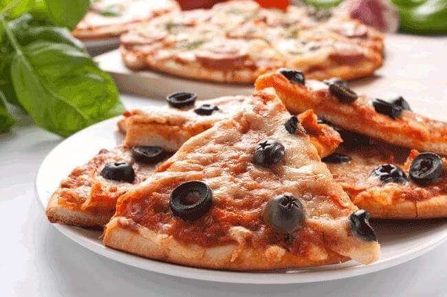 Pizza con le olive nere antigonfiori