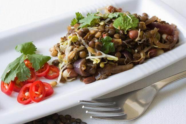 Via la fame nervosa con dieta bilanciata e insalata di legumi