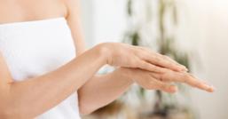 Ragadi e geloni alle mani: ecco i rimedi naturali