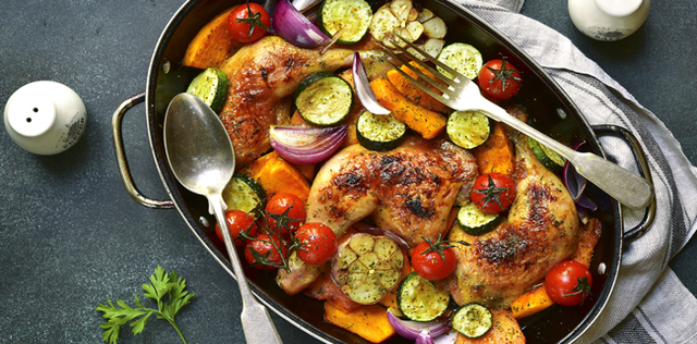 Cosce di pollo speziate con verdure e patate dolci