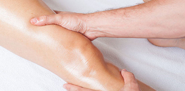 Ginocchia belle e snelle con i massaggi e gli oli giusti