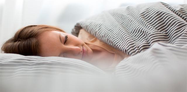 Rilassati a tavola: i cibi che favoriscono il buon sonno