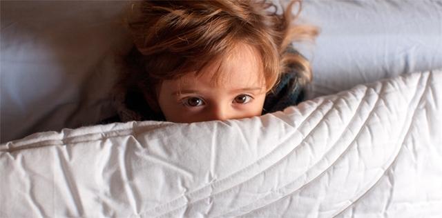 Bagna il letto e si vergogna? Lo aiutano le cure dolci