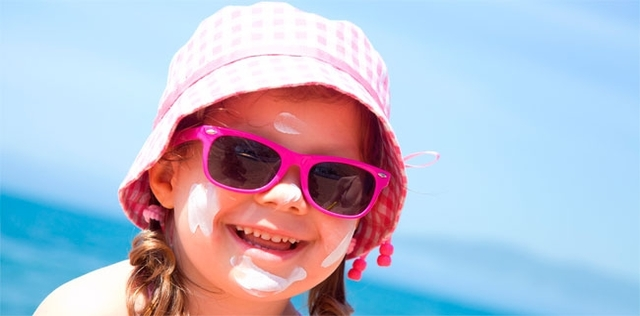 Mamme, mettete sempre gli occhiali da sole ai vostri bambini